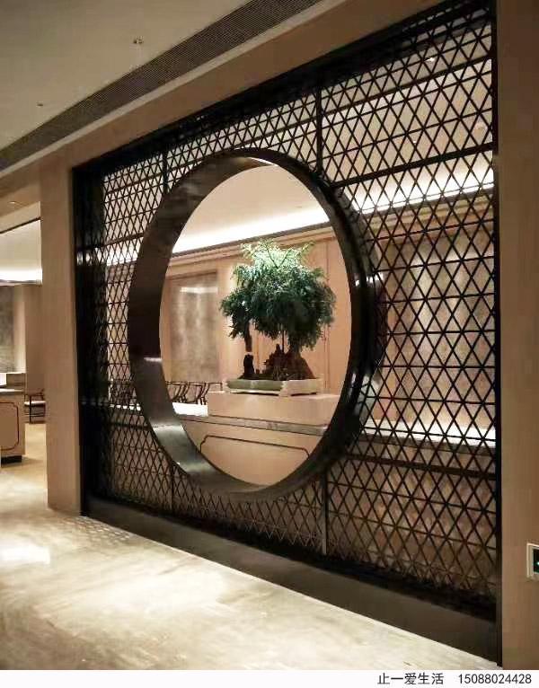 屏风自古流传下来就是一种室内装饰不可缺少的家具,具有挡风、隔断、美化室内环境、协调的作用。而不锈钢屏风是指用不锈钢管材焊接而成或者不锈钢板材激光出来的屏风,是现在装修中经常出现的家具,一道屏风,省下了凿墙装门,就可以将一个空间扩展成两个空间,看起来既不狭窄又很美丽,有古典气质,古典气质和现代建筑的搭配堪称现代美。